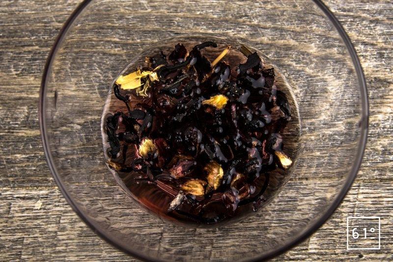 Homard au dashi de fruits rouges - préparer l'infusion d'hibiscus