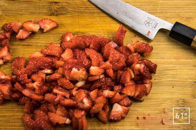 Homard au dashi de fruits rouges - découper les fraises en morceaux