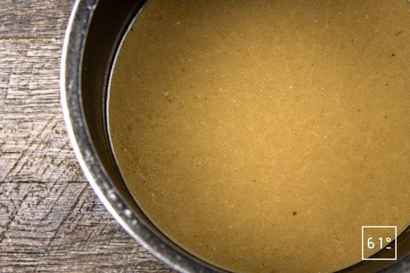 Soupe d'oursin dans sa coque de pomelo - ajouter la chair d'oursin, le jus, la crème et l'eau de tomate