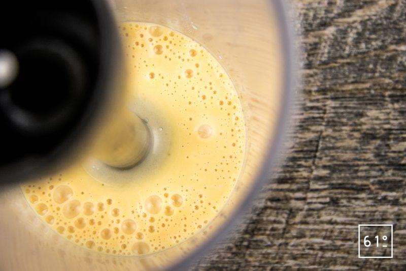 Soupe d'oursin dans sa coque de pomelo - émulsionner la mayonnaise au pomelo