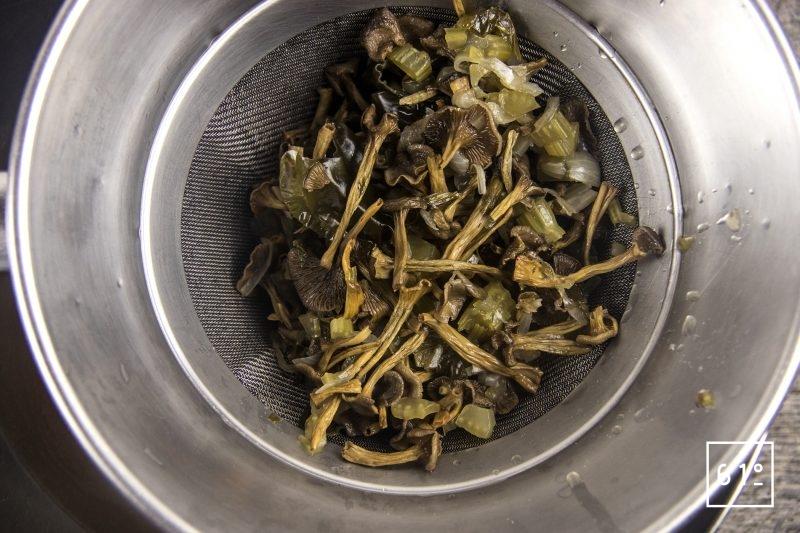 Soupe d'oursin dans sa coque de pomelo - filtrer le bouillon de champignon