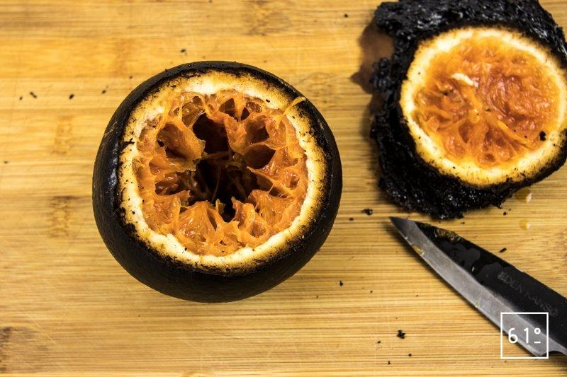 Soupe d'oursin dans sa coque de pomelo - récupérer la pulpe du pomelo carbonisé