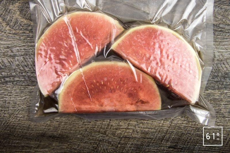 Carpaccio de veau grain de soie et de pastèque - mettre sous vide la pastèque et la saumure