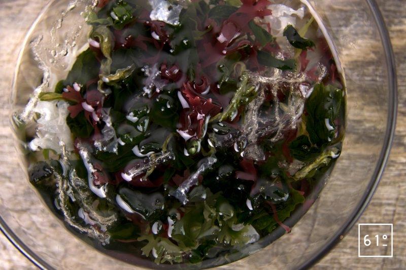 Gravlax de carpe et son gaspacho frais - réhydrater les algues