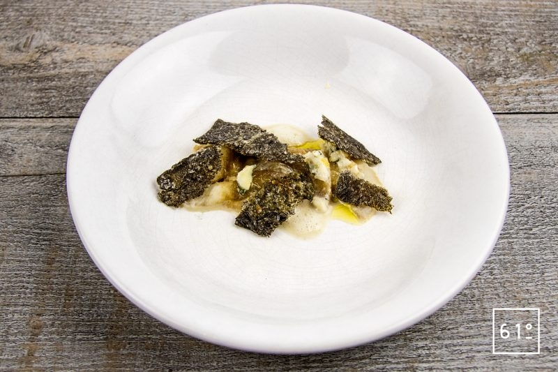 Filet de sole basse température et ses chips de peau, accompagnés d'une émulsion au shojin dashi et ail
