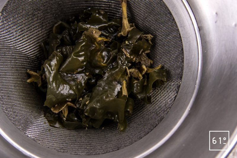 Filet de sole basse température et ses chips de peau, accompagnés d'une émulsion au shojin dashi et ail - filtrer le shojin dashi