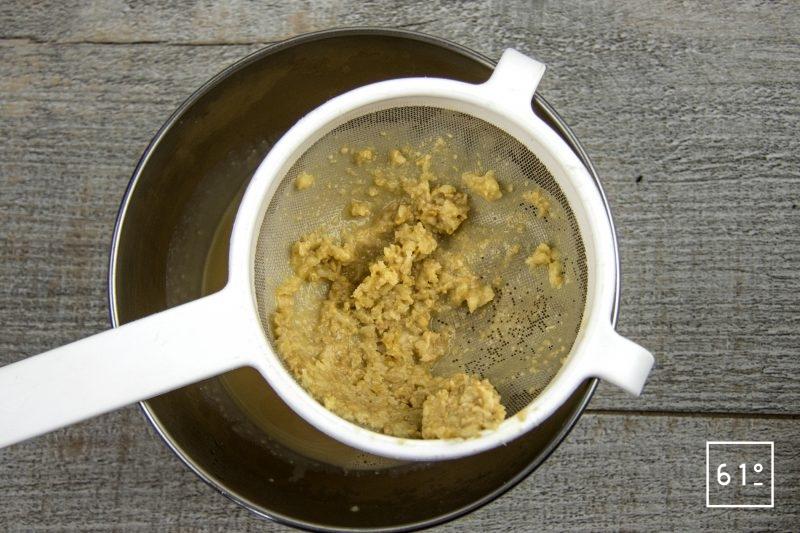 Filet de sole basse température et ses chips de peau, accompagnés d'une émulsion au shojin dashi et ail - filtrer la sauce