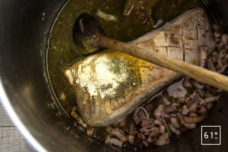 Adobo de poitrine de porc sous pression - ajouter le vinaigre et les épices