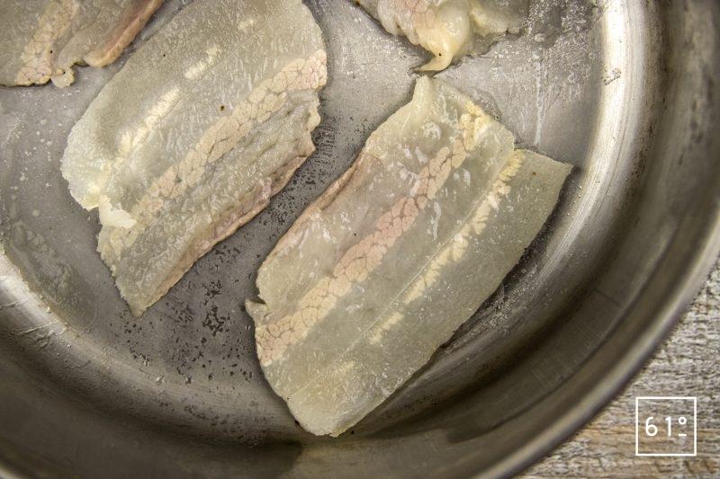 Boudin parmentier - passer à la poêle les tranches de lard