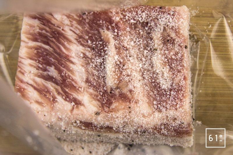 Lard paysan au sel truffé - rassembler la poitrine et le sel