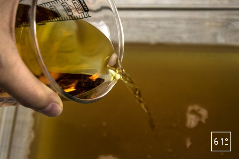 Vinaigre de bourbon et de rhum - ajouter le mélange de rhum et bourbon