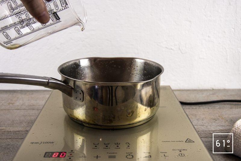 Vinaigre de bourbon et de rhum - mettre le mélange bourbon rhum dans une casserole