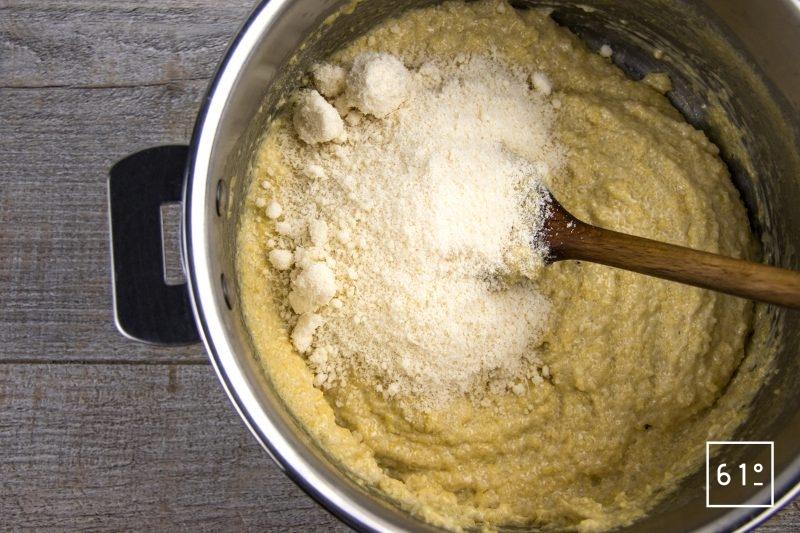 Carré d'agneau et polenta - ajouter le parmesan à la polenta
