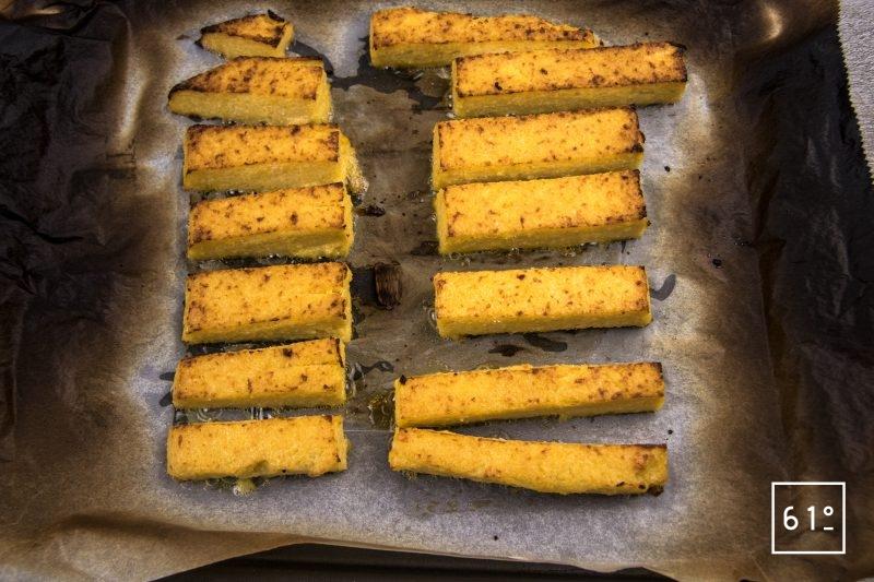 Carré d'agneau et polenta - faire griller les bâtonnets de polenta