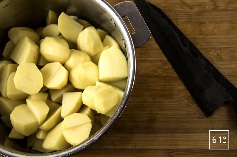 Purée de pommes de terre au caramel et à l'ail - découper les pommes de terre