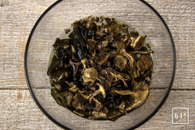 Shojin dashi - mettre à réhydrater les champignons et le kombu