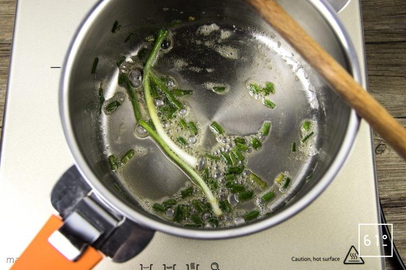 Magret de canard basse température sous vide et carottes glacées au yuzu - saisir les oignons ciboule