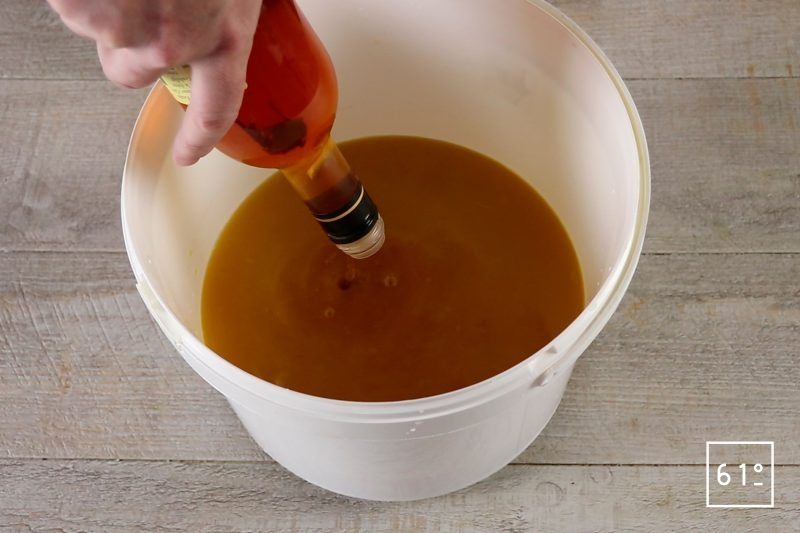 Vinaigre de mangue - ajouter le vinaigre non pasteurisé
