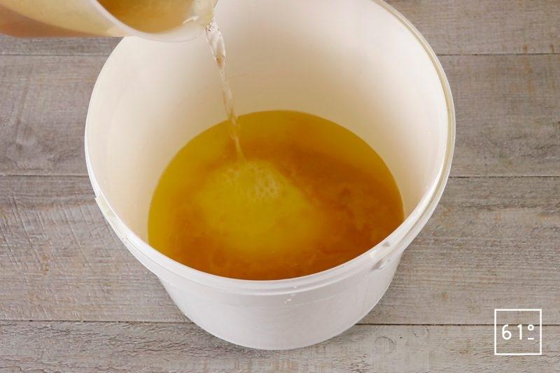 Vinaigre de mangue - ajouter l'eau