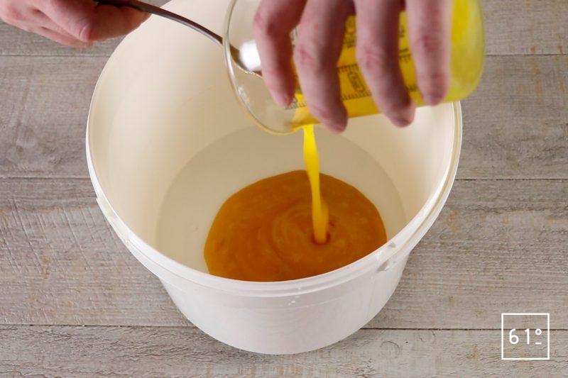 Vinaigre de mangue - verser la purée de mangue