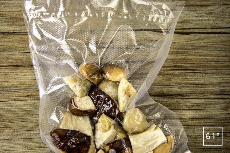 Bœuf bourguignon basse température sous vide - mettre sous vide les morceaux de cèpes