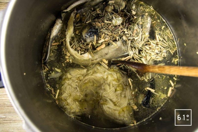 Fumet de tête de poissons et fenouil - ajouter les ingrédients