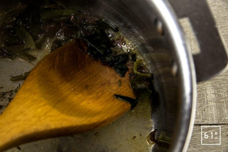 Coques et noix de Saint Jacques, accompagnées de salade d'algues au Xipister - cuire les algues et déglacer au Xipister