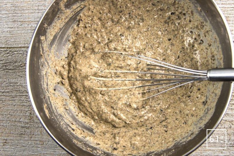 Crackers aux olives noires - mélanger