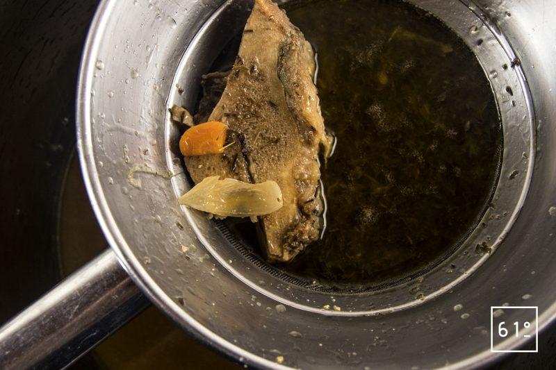 Fond d'os à moelle - filtrer au chinois étaminé