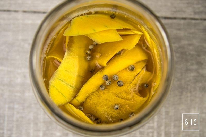 Pickles de butternut au vinaigre de mangue - ajouter le vinaigre, le sel, le sucre et le poivre