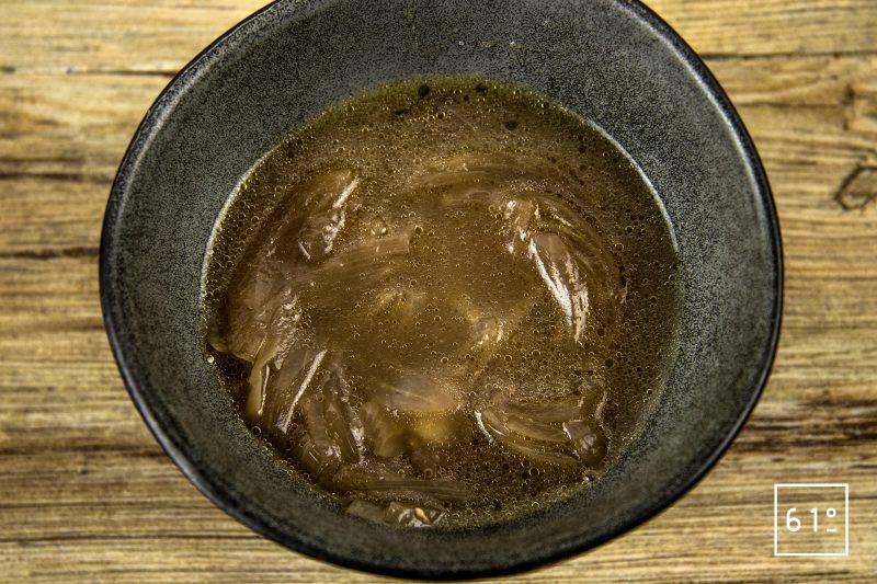 Soupe à l'oignon - verser les oignons au fond