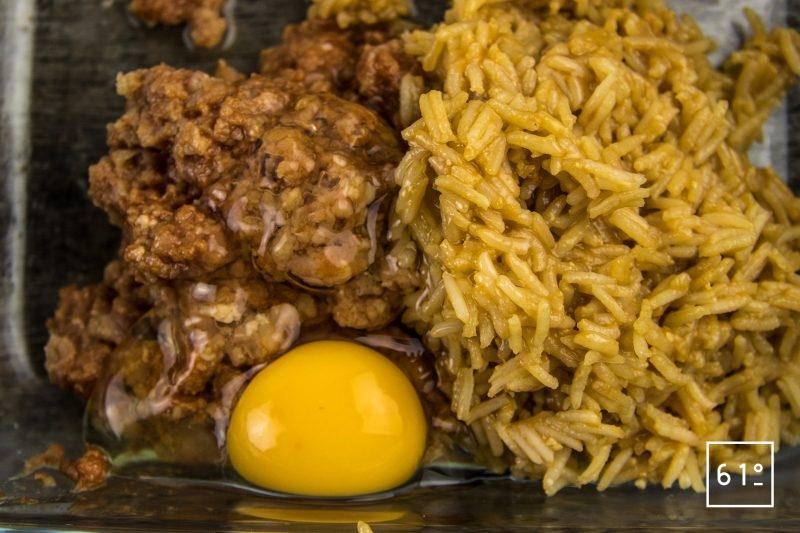Arancini de porc et tomate - ajouter l'œuf et le riz à la viande hachée
