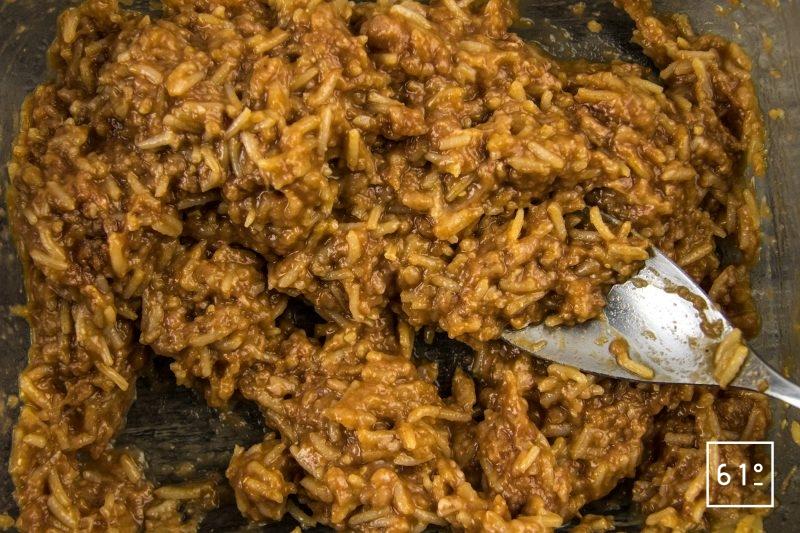 Arancini de porc et tomate - mélanger le riz et la viande hachée