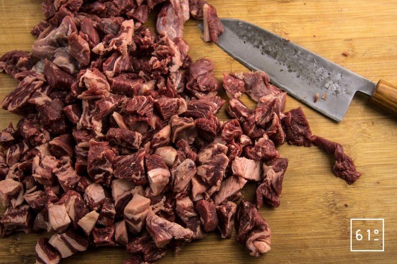 Bouillon de bœuf au kombucha de pomme et pimenton lactofermenté - découper les parures de boeuf