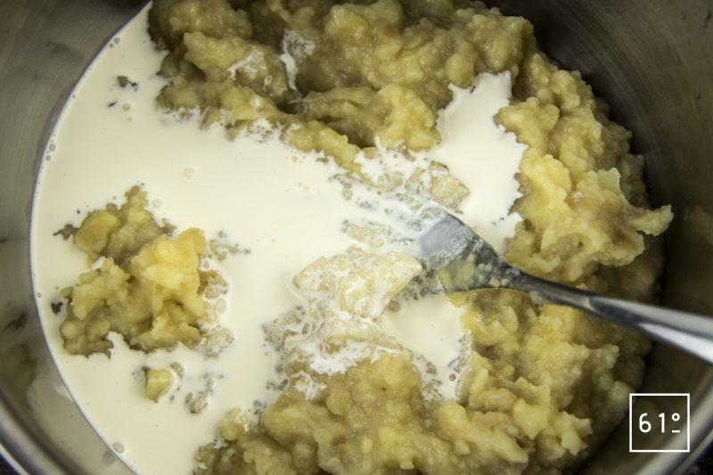 Coques au saké, mousseline de pomme de terre fumée, carpaccio de navet et sauce verte - ajouter la crème et continuer d'écraser les pommes de terre