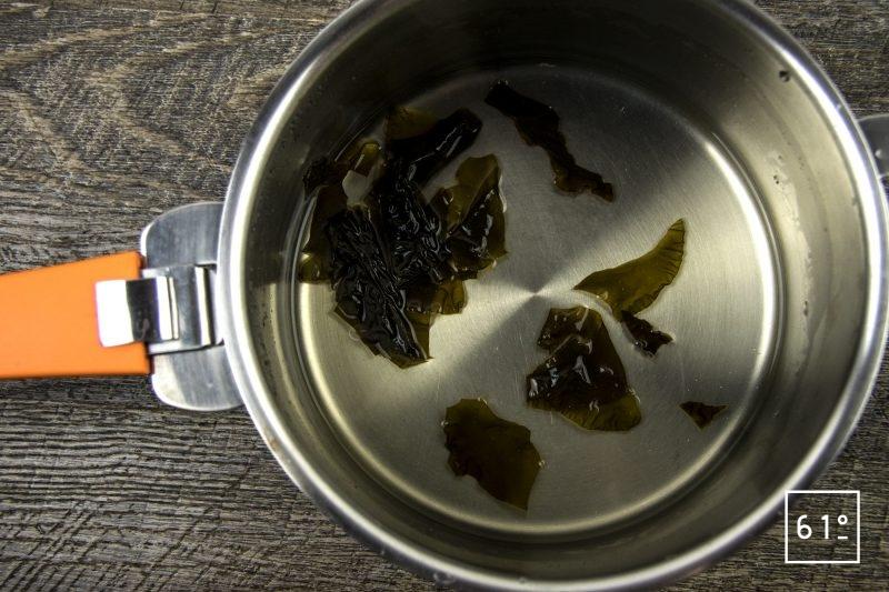 Coques au saké, mousseline de pomme de terre fumée, carpaccio de navet et sauce verte - faire réhydrater le kombu