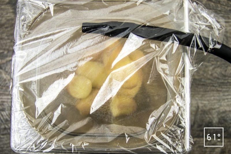 Coques au saké, mousseline de pomme de terre fumée, carpaccio de navet et sauce verte - fumer les pommes de terre