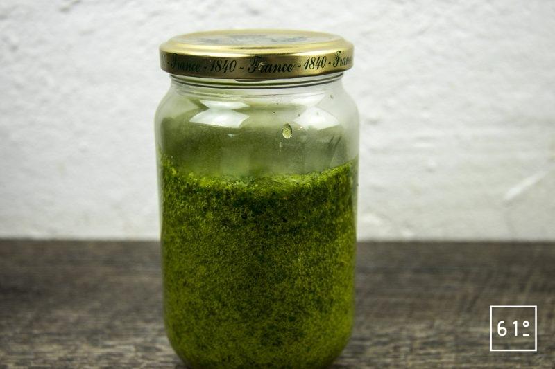 Coques au saké, mousseline de pomme de terre fumée, carpaccio de navet et sauce verte - mettre la sauce à infuser sous vide