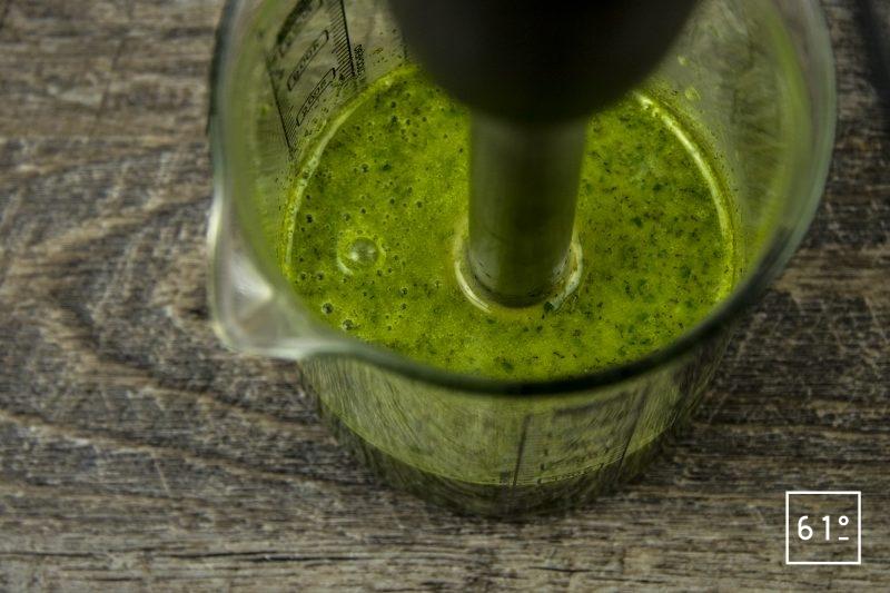 Coques au saké, mousseline de pomme de terre fumée, carpaccio de navet et sauce verte - mixer la sauce verte