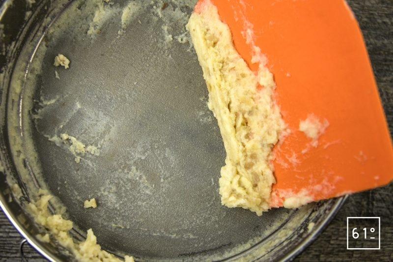 Coques au saké, mousseline de pomme de terre fumée, carpaccio de navet et sauce verte - passer la mousseline au tamis