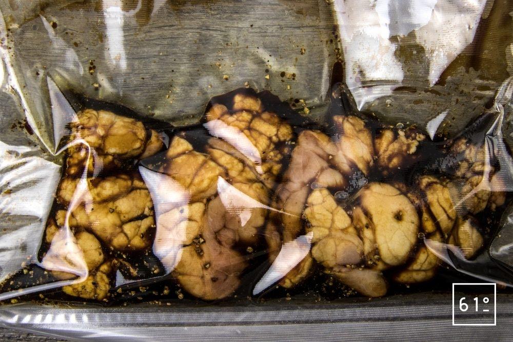 Ris de veau, sauces aux cèpes lactofermentés, crumble de noisette - cuir sous vide le ris de veau pendant 1 h à 60 °C