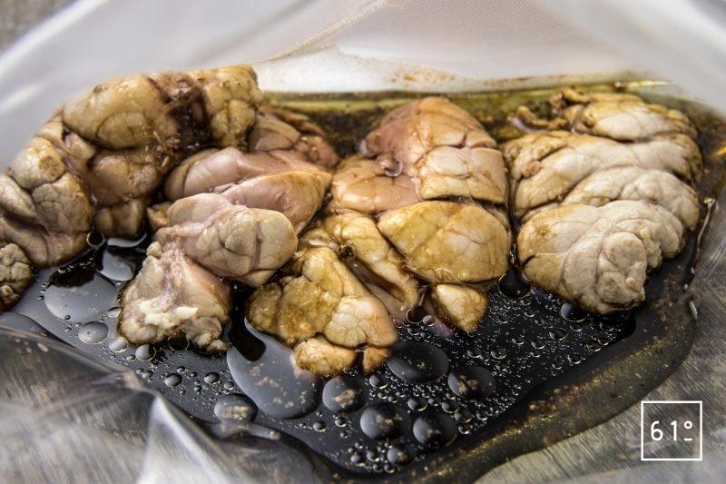Ris de veau, sauce aux cèpes lactofermentés, crumble de noisette - mettre sous vide les morceaux de ris de veau et la sauce