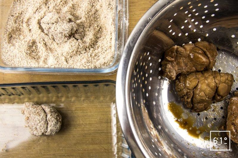 Ris de veau, sauce aux cèpes lactofermentés, crumble de noisette - paner les morceaux de ris de veau
