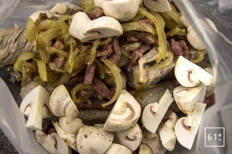 Tendron de veau en blanquette - mettre sous vide les tendrons de veau, les oignons, les lardons et les champignons