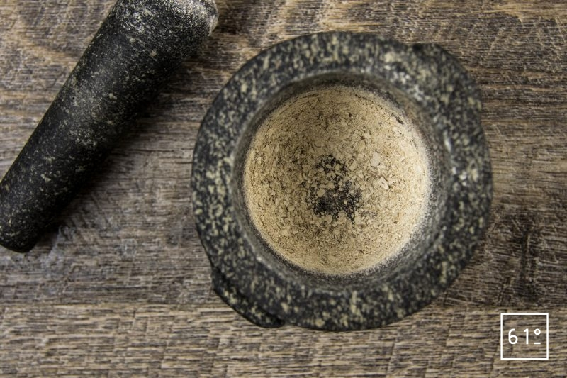 Ceviche de sole et mousse de chèvre - Préparer la poudre de cèpes au pilon
