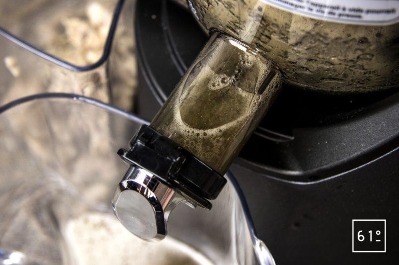 Jus de cèpes extrait par cryoconcentration - passer les cèpes décongelés à l'extracteur de jus