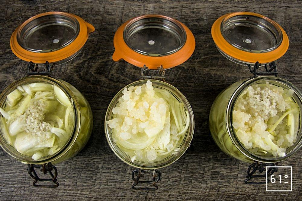 La lactofermentation sans sel ou comment faire une fermentation lactique sans sel - 3 bocaux remplis d'oignons émincés avec du sel, du sel et des grains de kéfir ou juste du kéfir
