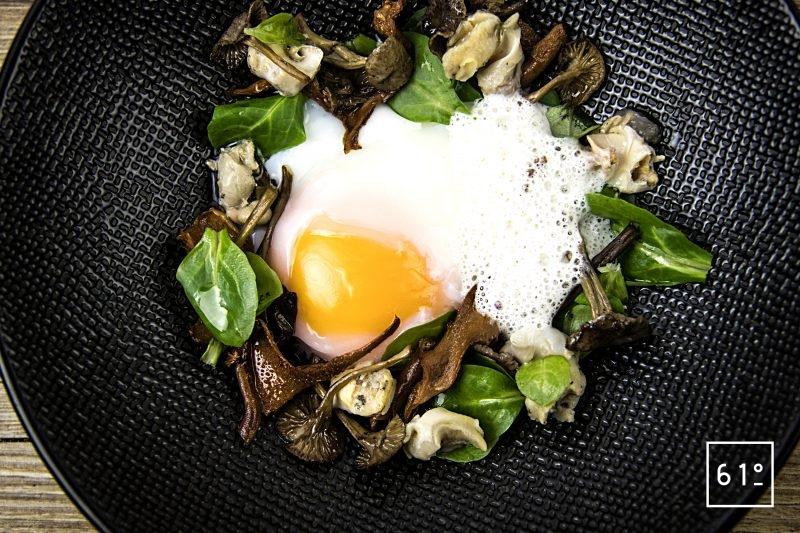 Œuf parfait à 64 °C et salade de bulots aux champignons des bois
