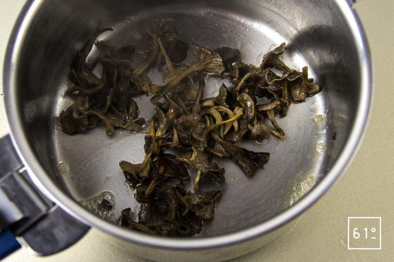 Œuf parfait à 64 °C et salade de bulots aux champignons des bois - cuire les chanterelles en tube