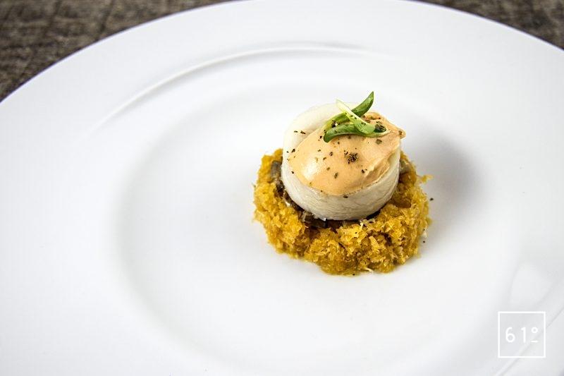 Rouleaux de sole sur lit de champignons et carottes jaunes surmonté de mayonnaise glacée au corail de Saint Jacques